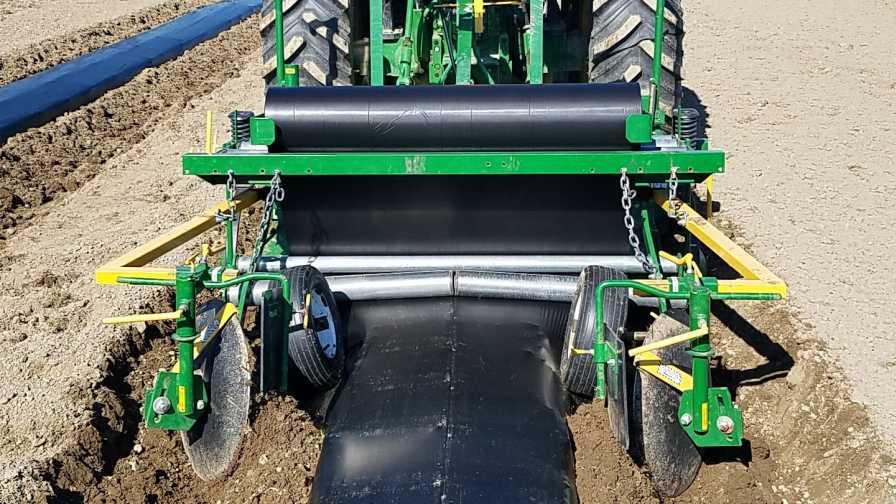 کشیدن پوشش پلاستیکی روی سطح خاک با تراکتور